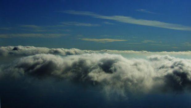 Zdjęcie chmur zrobione z samolotu.